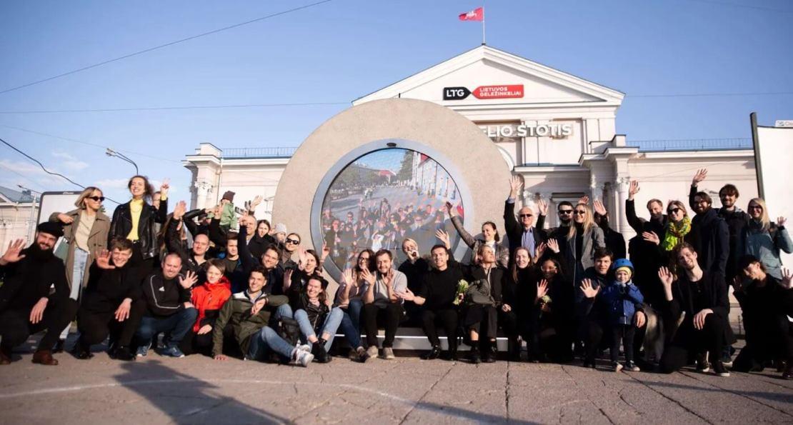 Grupa ludzi przed portalem w Wilnie