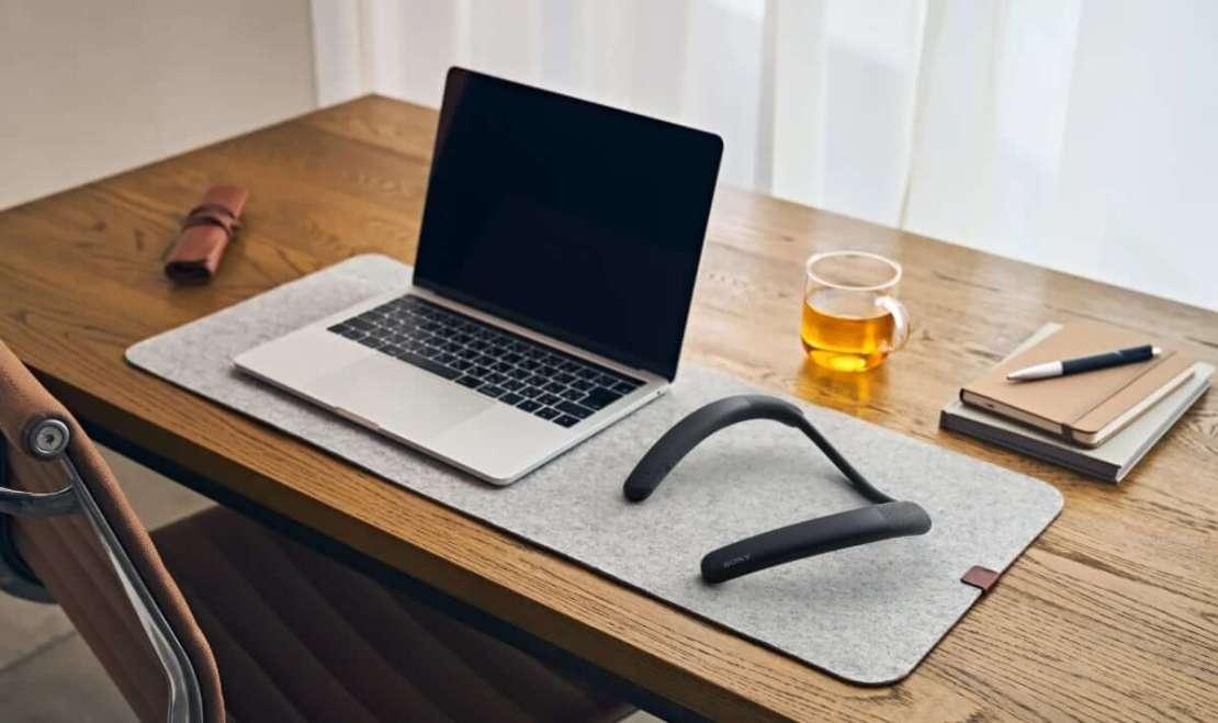Głośnik naramienny Sony SRS-NB10 przy laptopie