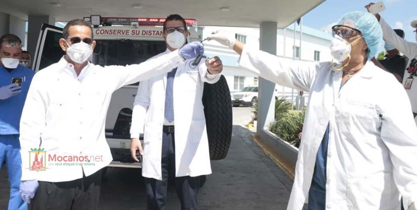 Entregan moderna ambulancia al Hospital Toribio Bencosme para traslado de pacientes de Covid-19 en Moca