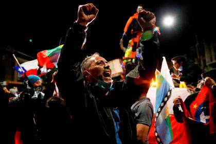 Chile 'renace' y sale en masa a celebrar fin de la Constitución de Pinochet