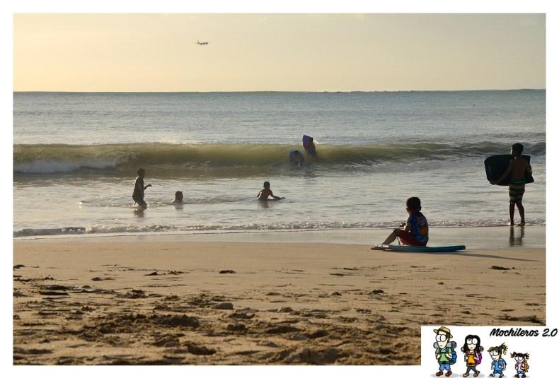 Niños en playa de Jimbaran