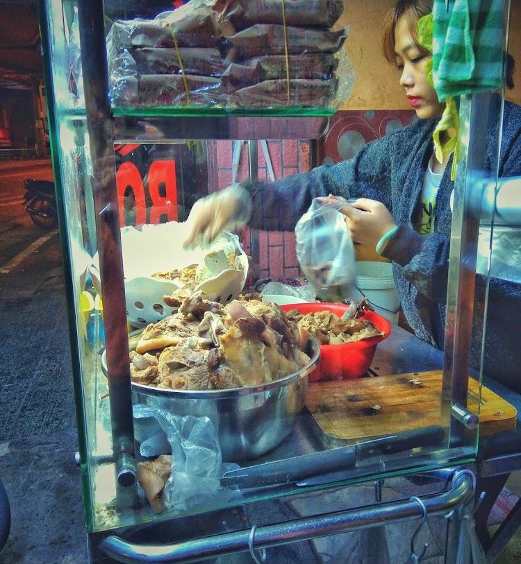Puesto de comida en las calles de Da Lat en Vietnam