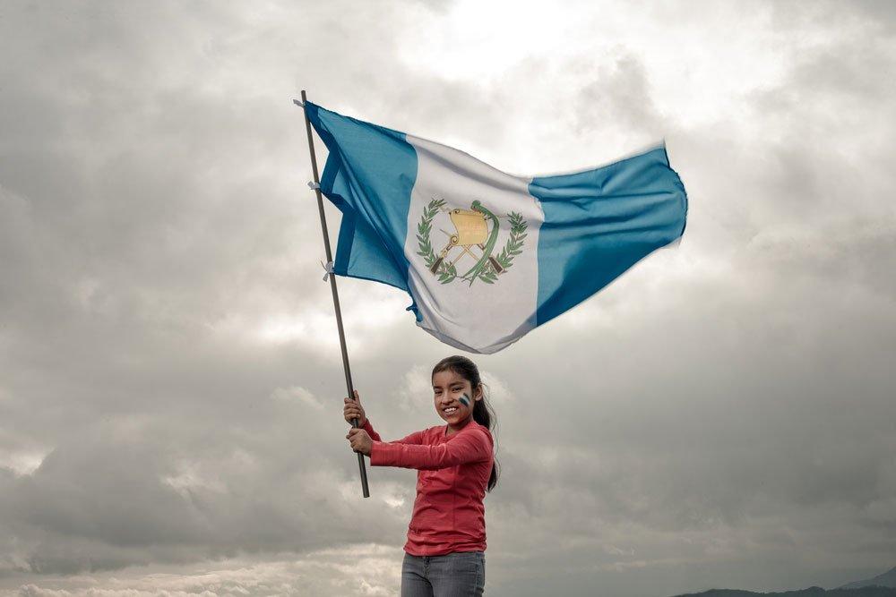 Chica ondeando la bandera de Guatemala