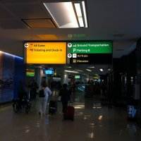 Aeropuerto-Newark-Estados-Unidos-letrero-AirTrain-pasillos