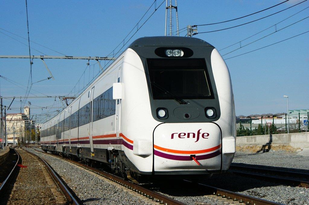 Tren en movimiento de Renfe de Barcelona a Tarragona