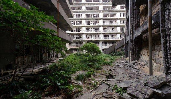 Edificio destruido y abandonado en la isla japonesa de Hashima.