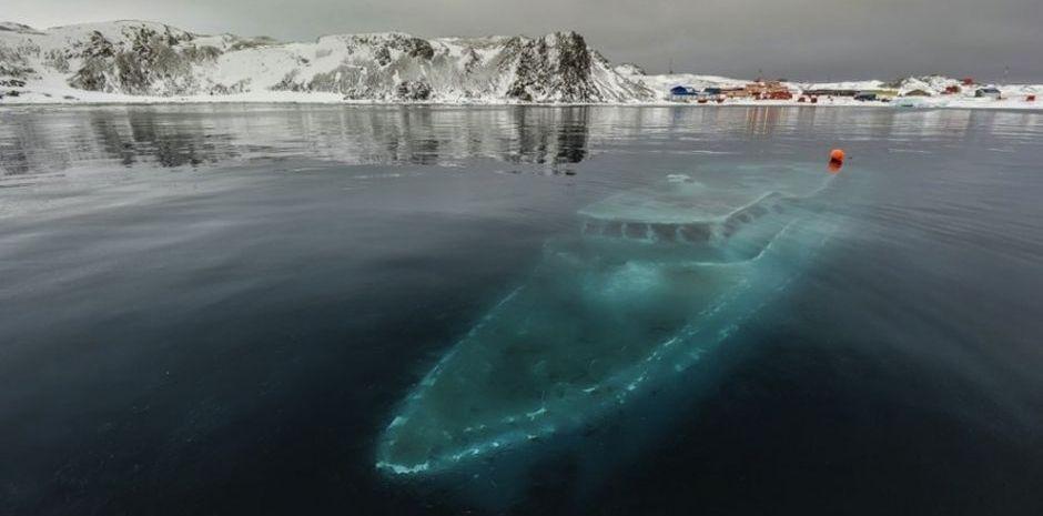 Yate-hundido-hielo-Antartida