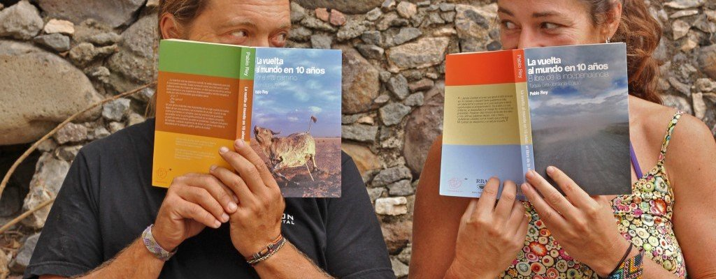 4x4 Retrato de Anna y Pablo con los libros de La vuelta al mundo en 10 años