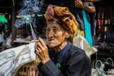 Retrato de señora fumando en un mercado del lago Inle de Myanmar