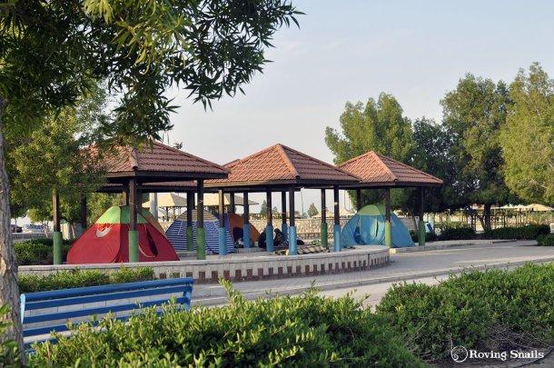 Observa. La gente acampa en parques en Iran.