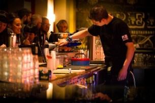 Plus-Berlin-Hostel-bar-camarero