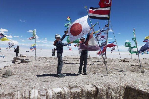 Vuelta-mundo-autocaravana-banderas-viento-Salar-Uyuni-Bolivia