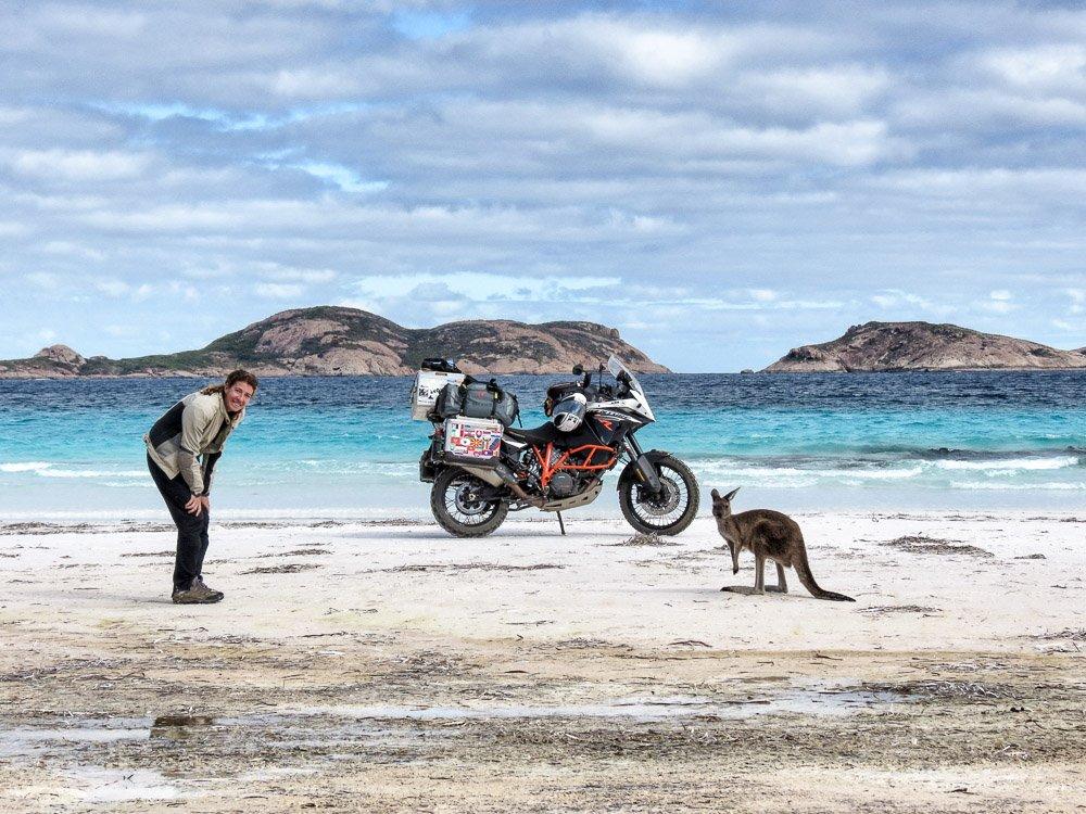 Almudena Teulón al dar la vuelta al mundo en moto en Australia junto a unos canguros