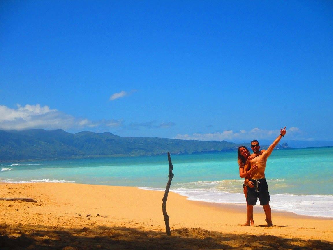 Viviendo por el Mundo, Iván y Erika juntos en la playa, dos mochileros que saben mil trucos para hacer un gran viaje