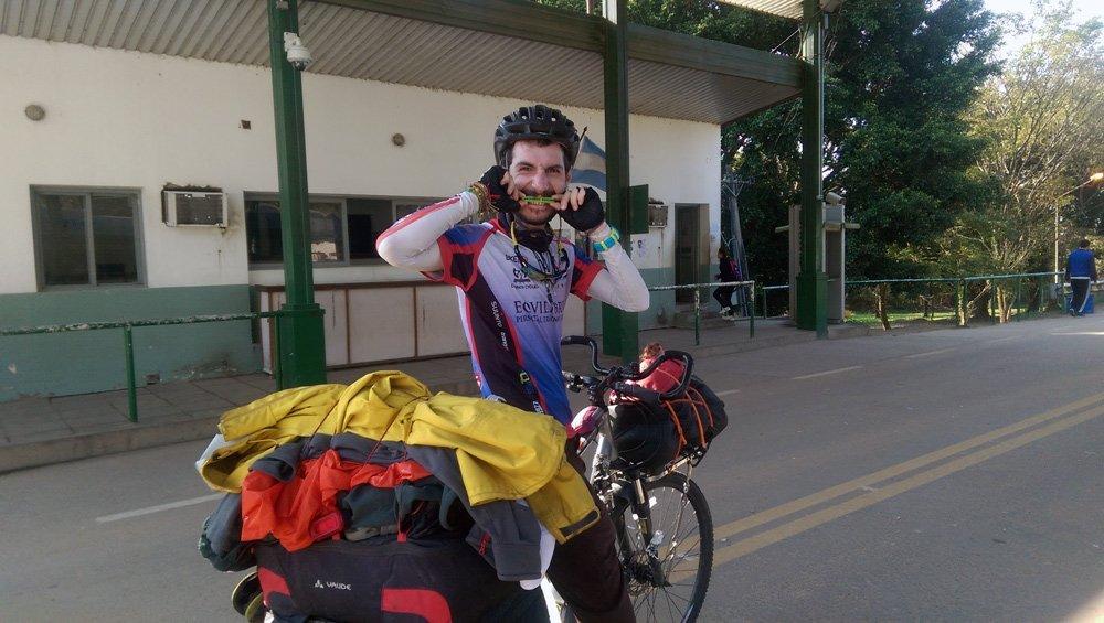 Juan Dual subido a su bicicleta y fiel compañera tras viajar en bici por Latinoamérica 7000 kilómetros