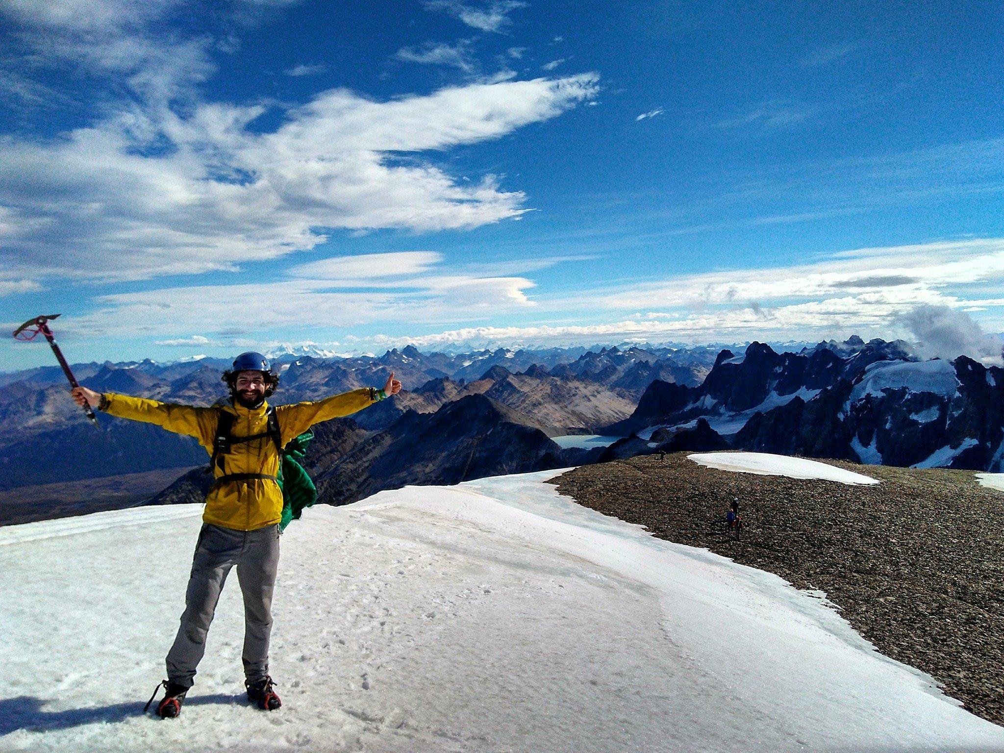 Juan Dual coronando una cima de montaña