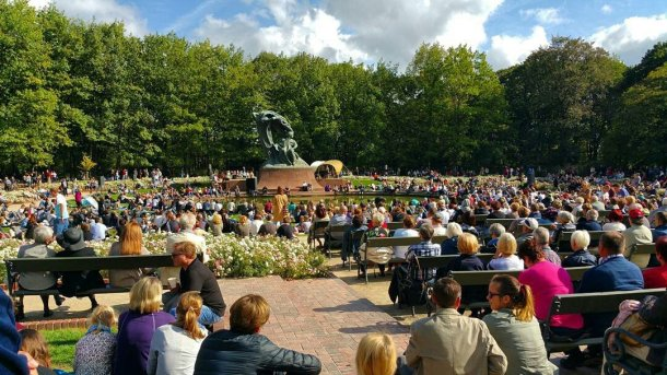 Parque Ladzienki en Varsovia con la estatua de Chopin
