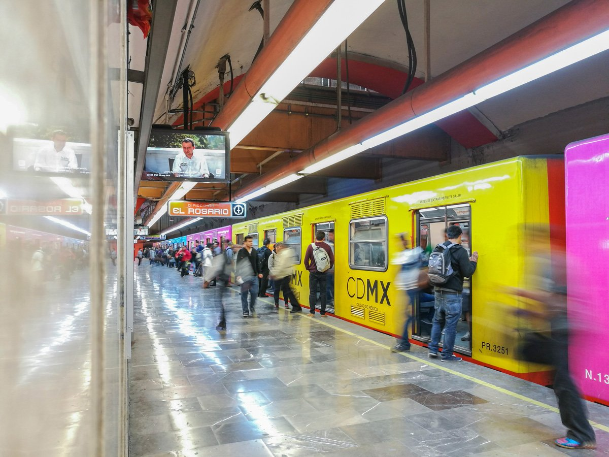 cómo llegar del aeropuerto de Ciudad de México al centro en un vagón de metro de Ciudad de México