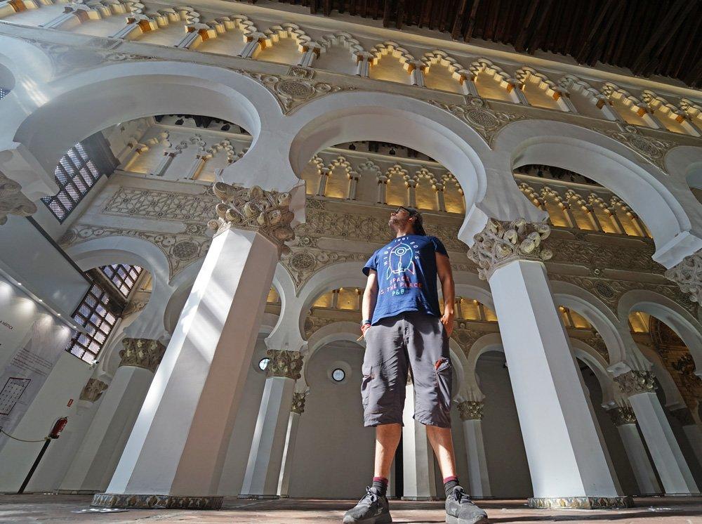 Iosu de Mochileros TV en la antigua sinagoga de Santa María La Blanca de Toledo