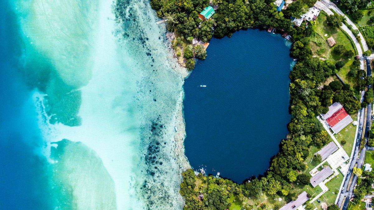 Laguna de los Siete Colores o Laguna Bacalar, una de las mejores excursiones en Riviera Maya