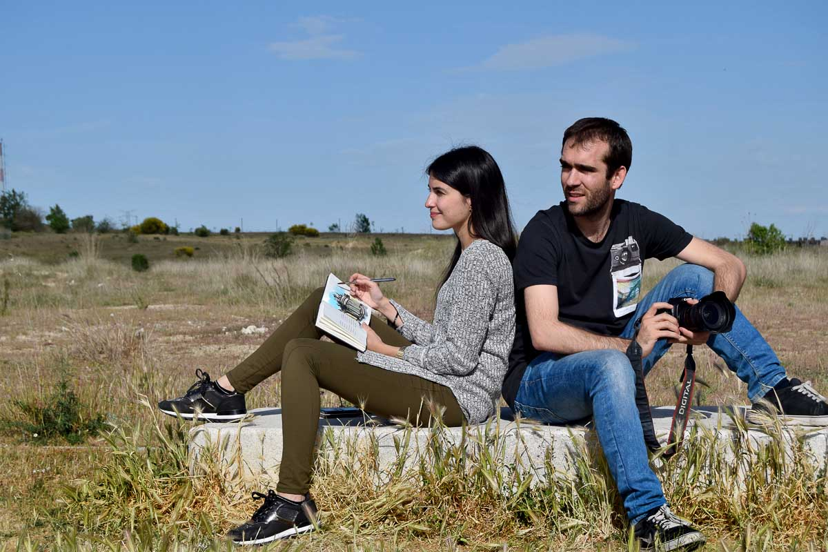 Alciia Aradilla con su cuaderno de viaje y Sergio Alonso con su cámara de fotos al dar la vuelta al mundo en pareja