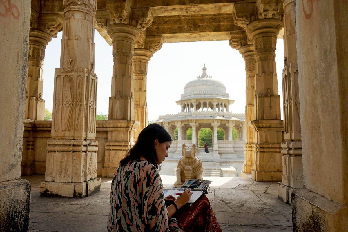 Alicia Aradilla en su vuelta al mundo en pareja pintando con acuarela en su cuaderno de viaje
