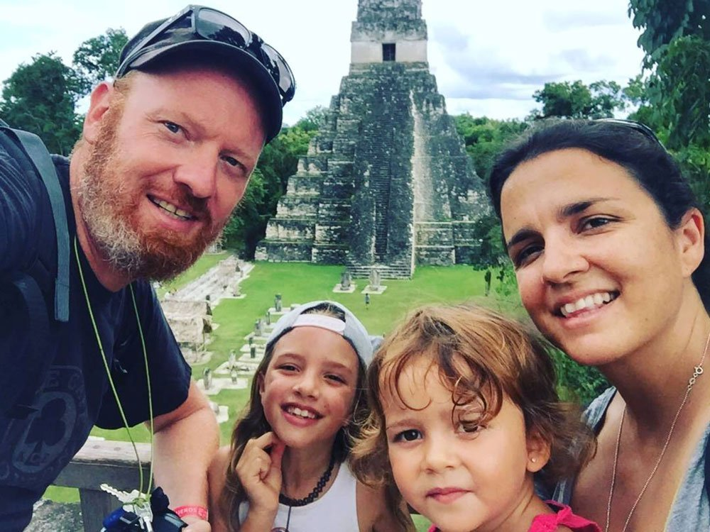 Bram, Cristina, Gabi y Julia en Tikal en su viaje en autocaravana en familia