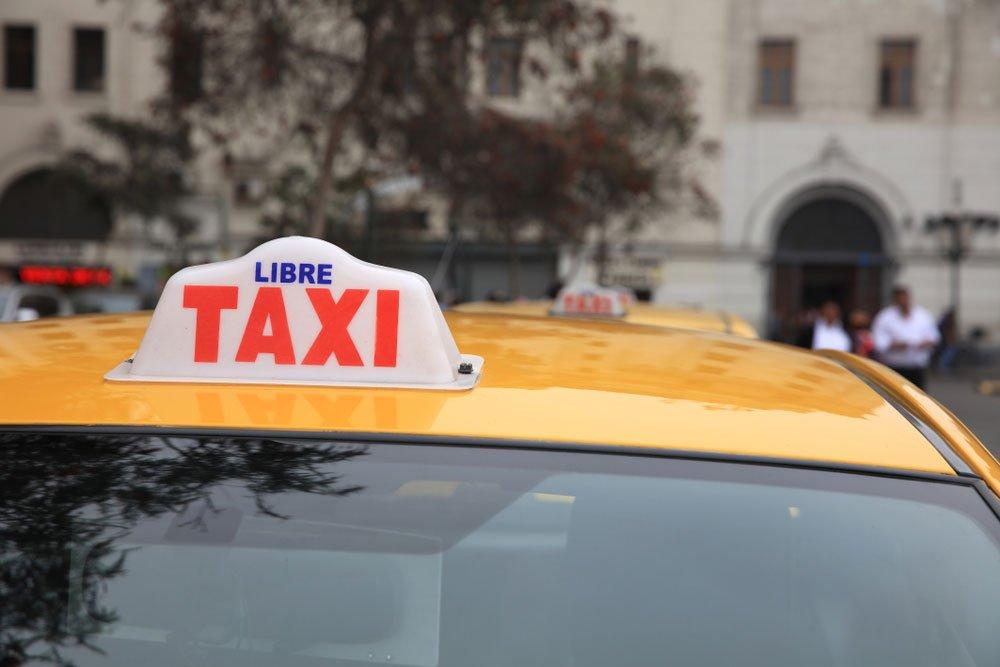 Taxi de Lima en la parada esperando nuevos clientes