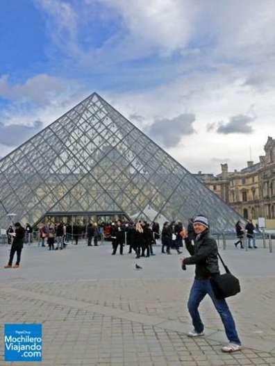 Uno de los museos de arte más impresionantes del mundo, originalmente fue el palacio real de París y en 1973 abrió sus puertas como museo por primera vez y en 1989 se inauguraron sus pirámides de cristal. Dado su origen, la construcción, decoración y acabados son simplemente impresionantes, además de la enorme colección de arte y tesoros de prácticamente todo el mundo, destacan obras como la Gioconda, la Venus de Milo, momias egipcias, arte sacro y mucho más, te tomaría más de un día entero recorrerlo en su totalidad.