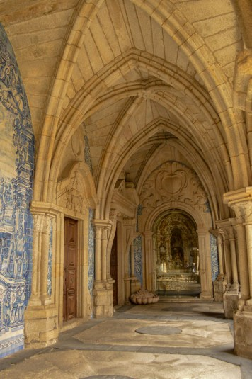 Arcos do claustro gótico