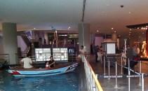 31-mendayung-perahu-di-dalam-mall