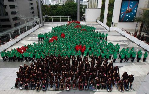 Thai children form largest human Christmas tree
