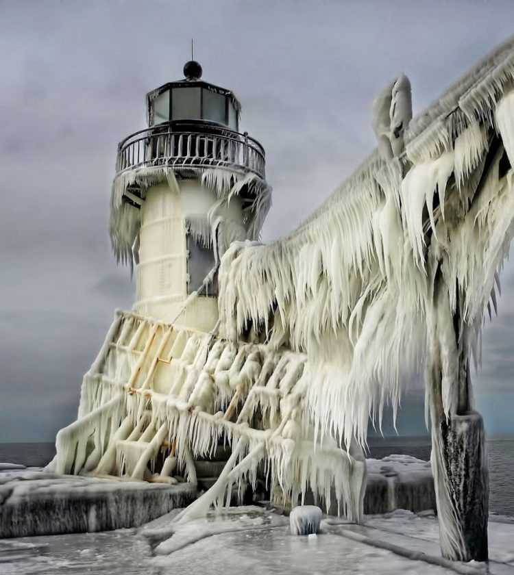 Frozen art by nature, lighthouse