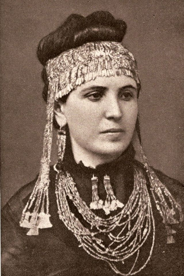 wife of Schliemann Sofia wearing golden diadem