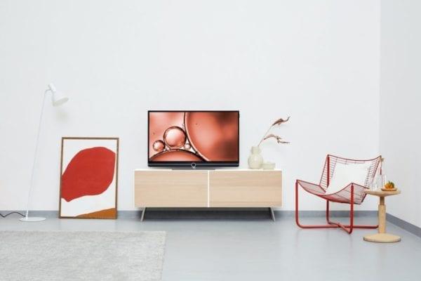 Image montrant un salon moderne épuré avec une décoration rouge