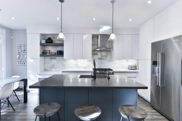 Image montrant une cuisine moderne avec ilot central blanche et grise