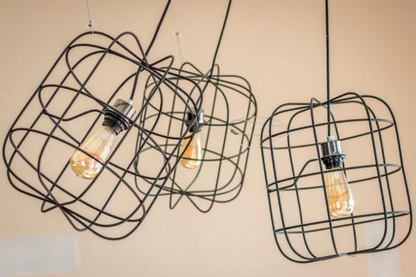 Photo montrant des lampes style industriel