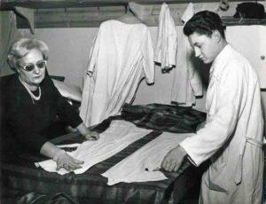 Jole Veneziani lavora con un impiegato nel suo atelier