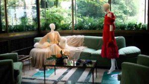 Due abiti in esposizione alla mostra su Jole Veneziani allestita a Villa Necchi Campiglio