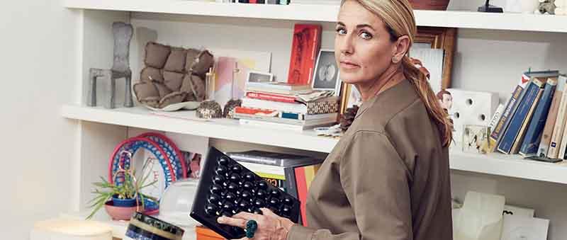 Dizionario della Moda Mame: Patricia Urquiola. La designer con il posacenere Synthesis 02 di Ettore Sottsass (Olivetti)