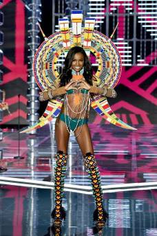 Leomie Anderson - Victoria's Secret Fashion Show