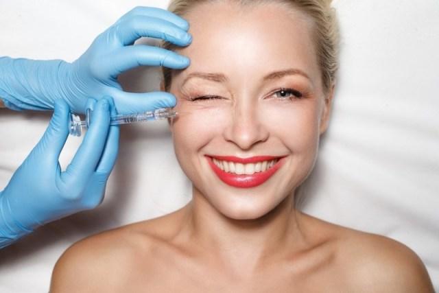 A ritidoplastia é um procedimento capaz de recuperar a firmeza e sustentação da pele, rejuvenescendo a aparência de alguns pacientes até 10 anos