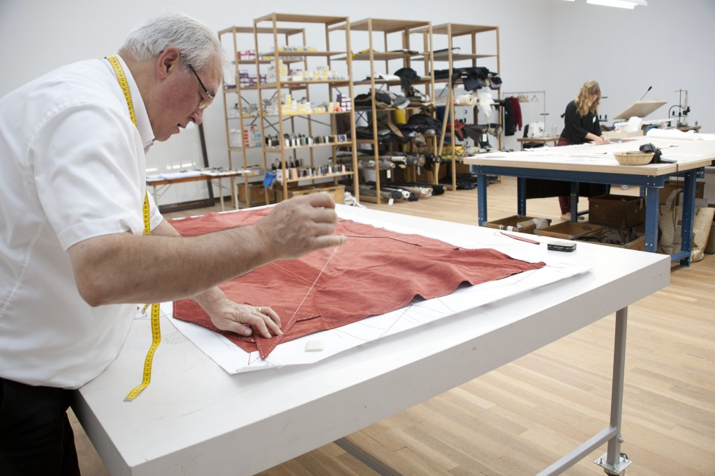 artista-expoe-alfaiataria-na-pinacoteca-e-questiona-tempo-e-valor-do-trabalho