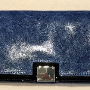 Clucht azul de piel con un ligero brillo, ribete en negro
