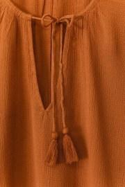 Detalle del tejido y cuello de la camisa laos.