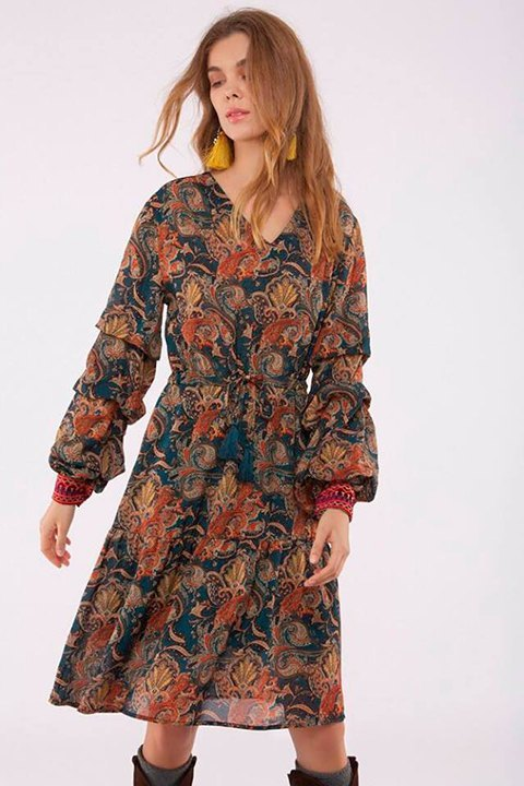 Meisïe. Vestido midi de estampado floral y cuello pico.