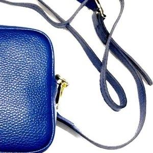 Bandolera piel color azul con asa regulable.