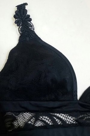 Detalle del bralette negro de Promise donde se aprecia el encaje y el raso.