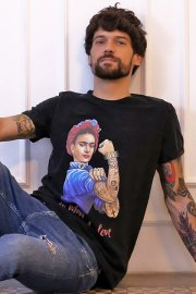 Be happiness. Camiseta de cuello redondo y manga corta con Frida Kahlo.