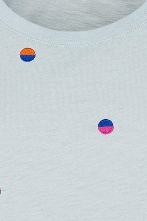 Detalle de la camiseta de algodón, donde se aprecia el color de los topos.
